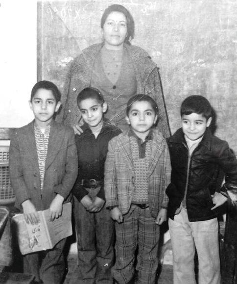 مهران مدیری در کودکی (سمت چپ کتاب به دست)